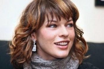 Милла Йовович без макияжа прогулялась по городу - ФОТО