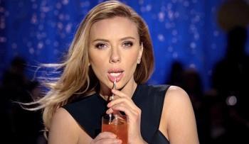 Скарлет Йохансон показала, как соблазнительно пить содовую через соломинку