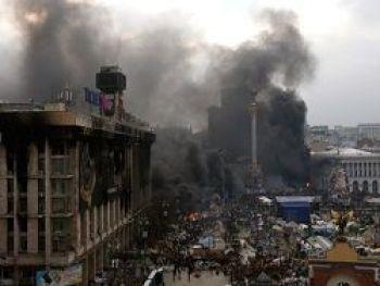 Демонстранты оттеснили сотрудников МВД от Майдана Незалежности